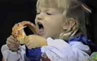 小妹妹完全無法理解Pizza的複雜結構,一直嘗試吃但吃不到的模樣真的太好笑了!