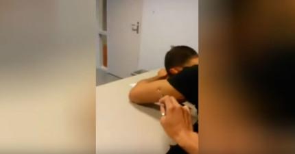 因為這個學生在講課時睡著,老師怒噴在學生身上的方式一定會讓他吃上官司!