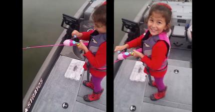 小女孩帶著玩具釣竿和老爸一起釣魚,結果她收線後抓到的巨獸連老爸都放聲大喊:「我的天啊!」