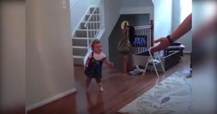 這個小女娃第一次用義肢走出第一步但走幾步就跌倒了,當她再次站起來時你會忘了所有的煩惱!