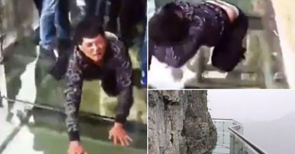 在這名中國男登上超高天門山玻璃棧後道後,立刻跪著崩潰大喊「我以後再也不吹牛逼啦~」