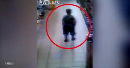 監視器拍下這名小弟在超商抖了一下褲檔掉出不明物,更慘的是下一個人走過來時...