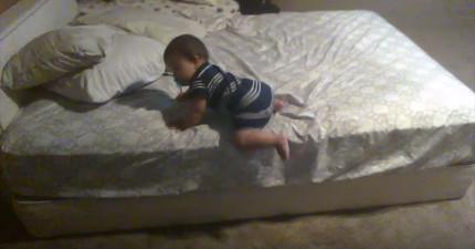 他們不懂為什麼兒子可以爬下這麼高的床,直到放了攝影機錄下了他「超天才的妙招」!