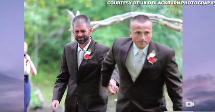 新娘的生父在要帶新娘手紅毯時竟突然跑開去抓另個男人的手,全場的人都飆淚了。