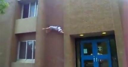 這名男子以為自己可以飛簷走壁,直到一路撐到頂樓無路可走,結果我不敢看了...
