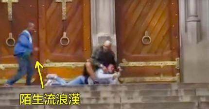 影片中拍到這名流浪漢英勇地「將挾持人質的槍手推倒」,但人質逃脫後自己胸口卻中彈了...