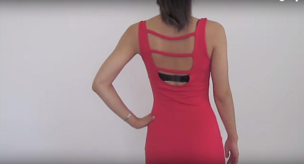 她開始先把不要的胸罩給剪開,5分鐘後「讓美麗露背裝大加分」的完美內衣就會讓你再也不丟胸罩了!