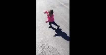 這個第一次發現到自己影子的小女生被嚇翻的模樣實在太可愛了!