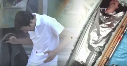 這名男子當街被狙擊手射到,結果發現到只是漆彈,不過還是被強逼送進了救護車,然後進了棺材。