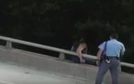 在這名警察勸一名男子不要跳河後發生的事情讓我太感動了!