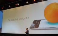 在他們將一顆橘子放上手機螢幕後,iPhone可能已經嚇到冒冷汗了。