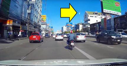 泰國民眾在開車時意外拍到天空出現了超大一團火球,看似下一秒就要世界末日了!