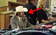 不想拍賣的人都去這個家畜拍賣會,因為當這名拍賣員張開嘴巴時...OMG!