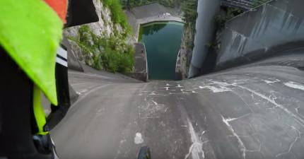 他騎下一個一個近乎垂直的水壩,最後的景象快讓我窒息了...!