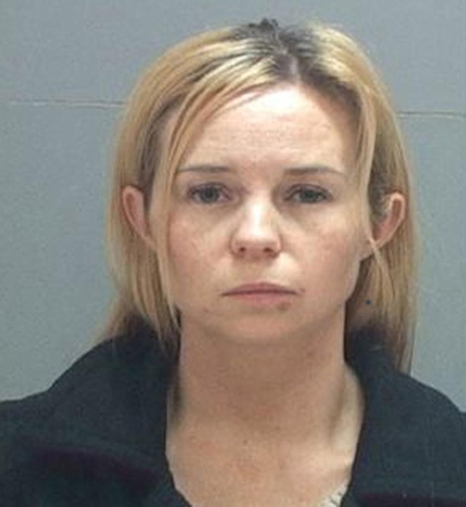 這名火辣人妻被老公請來的私家偵探跟蹤,之後發現到她在強暴的對象竟然是偵探的兒子?!