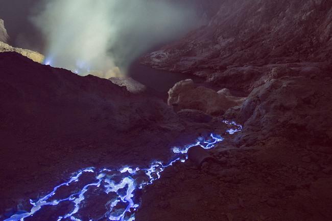你看到的不是電腦特效,這座火山真的會噴出超美麗發亮的「藍色岩漿」!