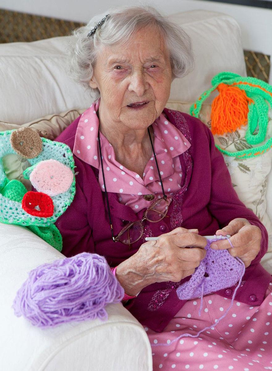 這位104歲老奶奶被稱為「最年長的街頭藝術家」,她塗鴉的方式會讓你瞬間愛上她!