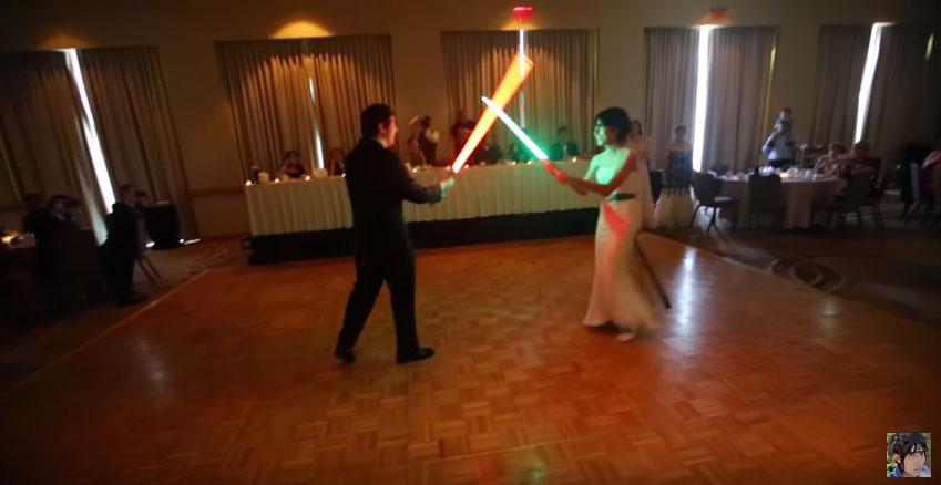 所有來賓都在等待新人跳第一支舞,結果他們居然拿出了光劍...