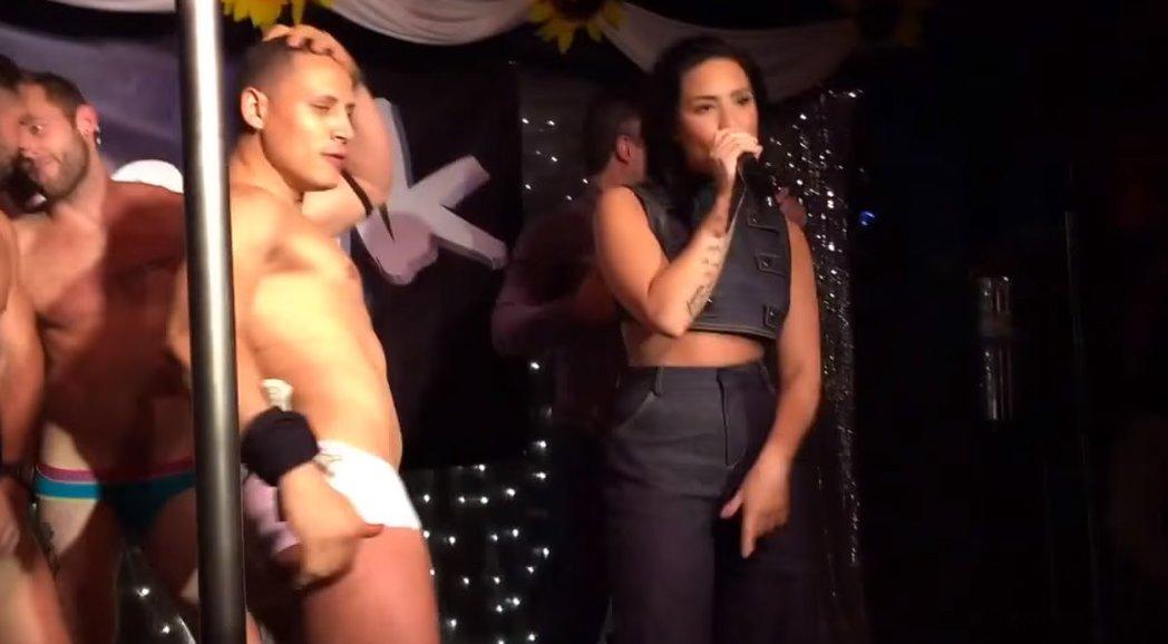 唱紅「Let It Go」的知名女歌手在台上賣力演出,但旁邊舞者的巨勃起讓所有觀眾都無法好好聽她演唱...