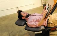 如果你工作很常會腰酸背痛的話,這張「變形桌子」會改變你的一生!