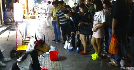 這名少女為了癱瘓父親在街頭行乞,但她「扮成一頭牛」的原因會讓你對社會感到心痛。