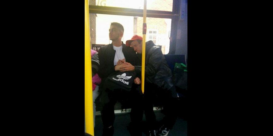 一名網友把巴士裡拍到的這張感人照片上傳,現在左邊這名男子已經成為了所有女生夢寐以求的完美男人了!
