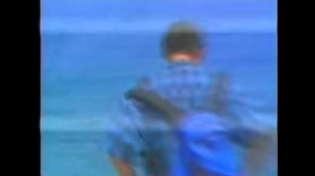 他原本只是到懸崖觀光隨意錄影,沒想到在13秒那刻就意外清楚拍下「鬼影跳崖的恐怖瞬間」!