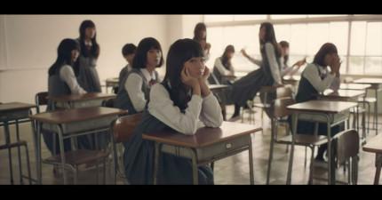 老師一打開教室看到一整班的正妹女學生,但看了幾秒後才驚覺...