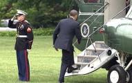 歐巴馬被拍到「忘了向海軍士兵回禮」便匆匆上了飛機,幾秒後他跑下飛機做的事會讓你超敬佩他!