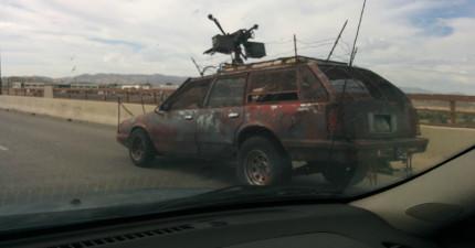 這位老兄在路上跟蹤這台超詭異廢車,直到他看見車子裡的東西後立刻急忙請網友把車主人肉出來!