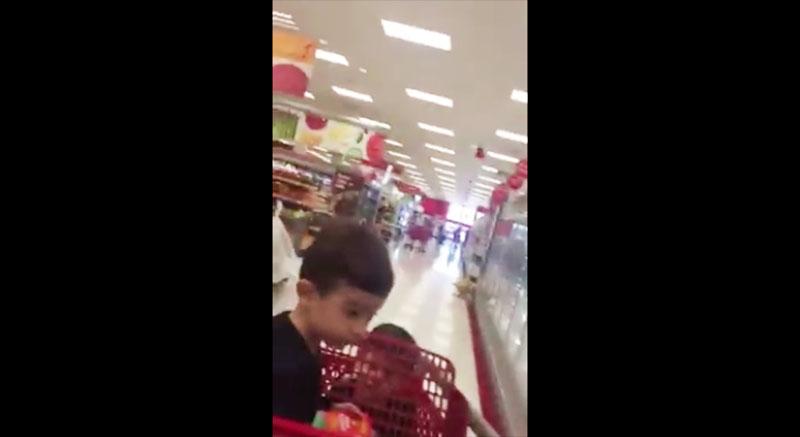 媽媽帶著孩子來到量販店購物,中途廣播系統卻響起讓人臉紅的「啊...啊...」的聲音長達15分鐘...