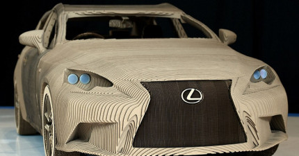 這台Lexus最新推出的「超精美紙車子」裡外都超完美絕對可以開上路,但你可能會變得更怕下雨天!