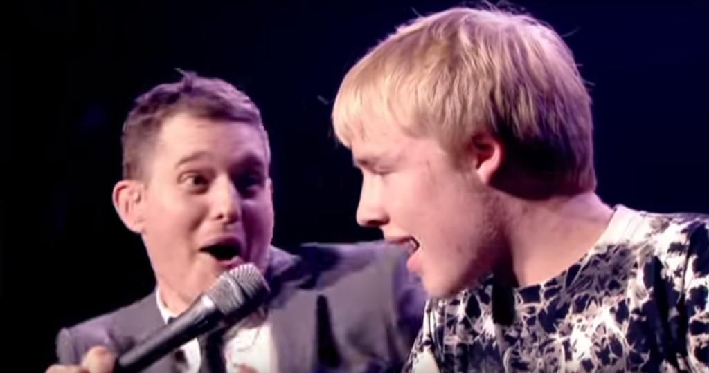 唱將巨星麥可布伯雷原本對邀上台合唱的青少年不以為意,沒想到他一開金口全場觀眾都爆炸了!
