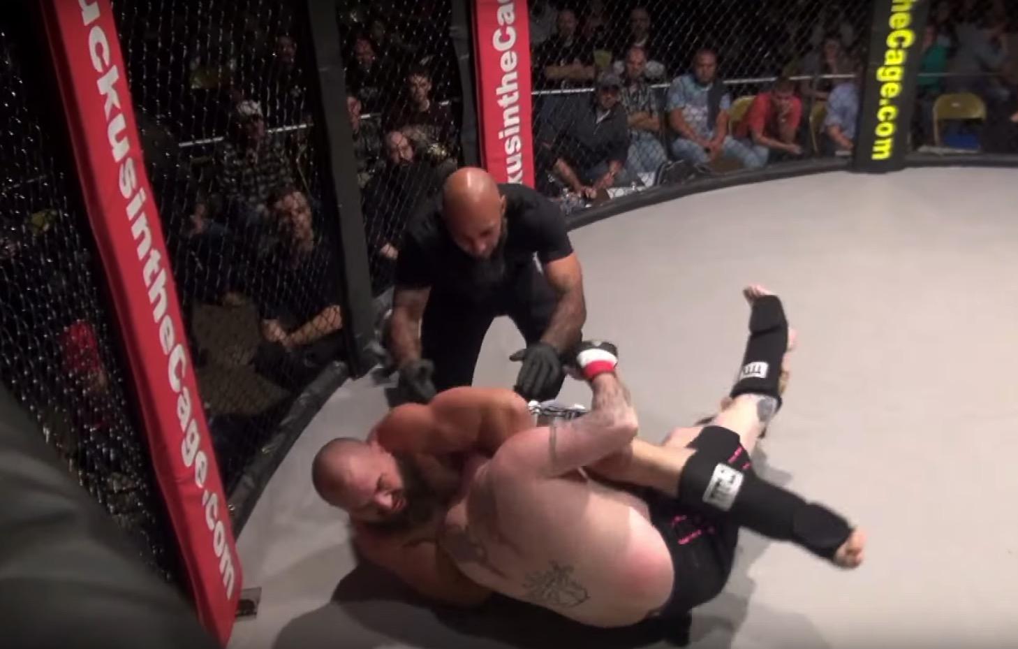 這名格鬥選手被對手鎖喉擊敗後全身鬆懈,他從褲子裡掉出的「恐怖炸彈」絕對會讓你馬上傻眼笑噴...