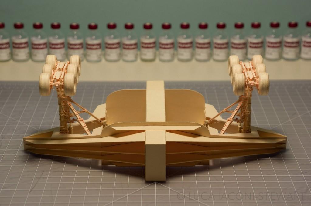 這名男生花了5年的時間用牛皮紙文件夾製作出一架模型飛機,我看到裡面內艙時真想拜他為師!