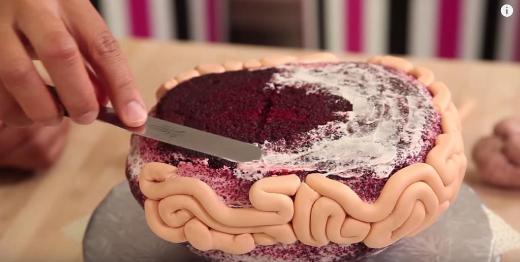她先是在紅絲絨蛋糕上劃上分明的一刀,看似可口的蛋糕完成後卻噁到讓我差點就把午餐吐出來了!