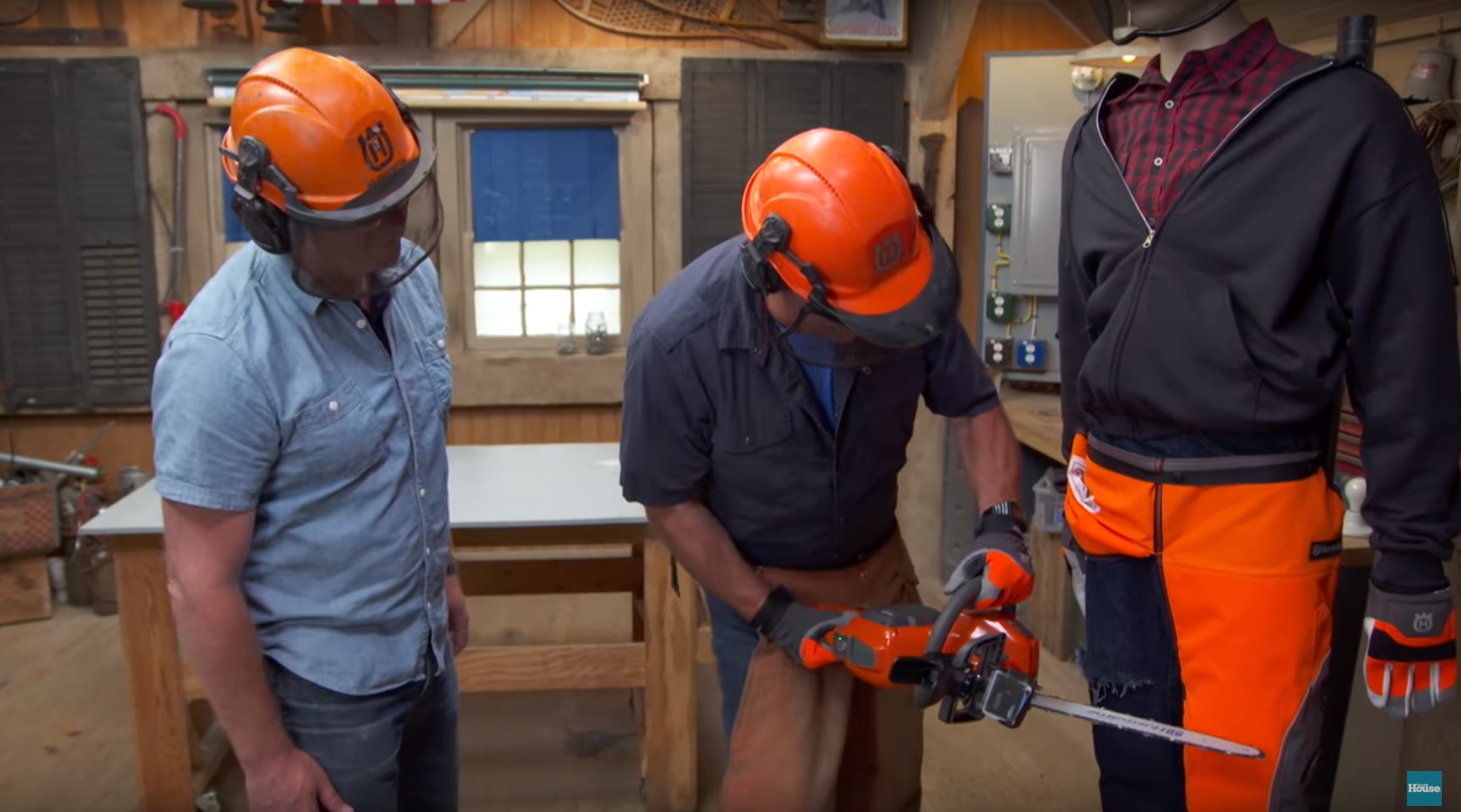 在他用電鋸切下去之後,你才會明白這件工作用的「安全防護衣」有多麼強大!