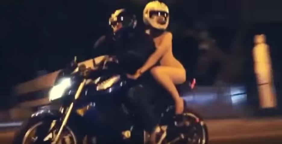 這名全裸騎摩托車的超級俄羅斯辣妹已經讓很多駕駛人差點出車禍了。