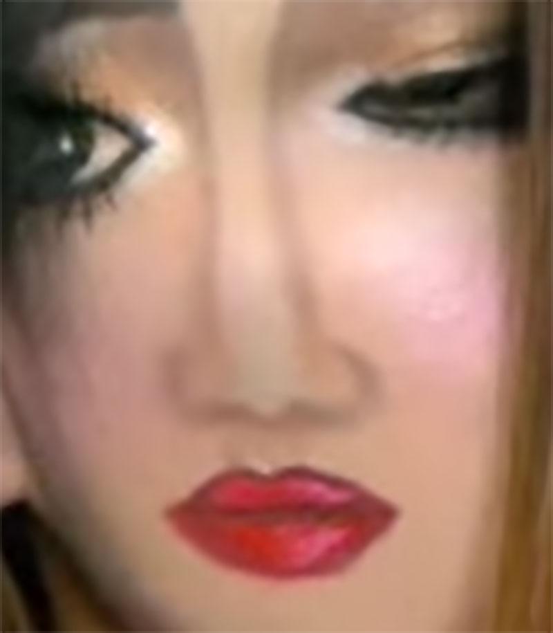 她先在右邊臉多畫一條眉毛,當她結束用頭髮把鼻子和嘴巴蓋住時,就會詭異到讓你多看3次!