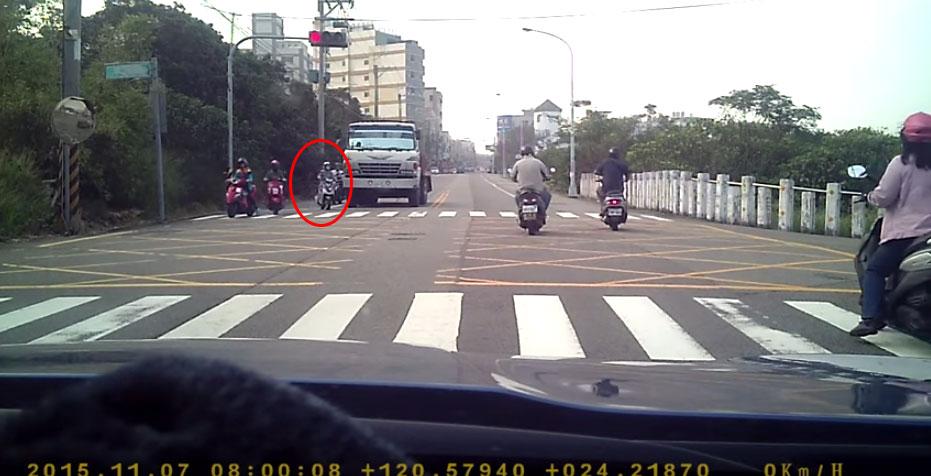 這起路口發生的車禍真的超級可怕,但網友開始的紛爭更是令人吃驚。