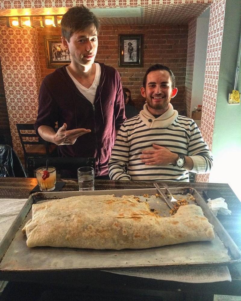這家墨西哥餐廳向全世界的愛吃鬼發下戰帖:「只要吃完他們的捲餅就會給你1成的股份!」