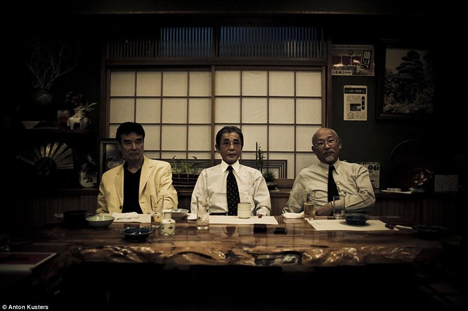 這名攝影師花了兩年深入日本黑道組織,終於成功玩命拍下這些從來沒人看過的黑道真實生活秘辛。