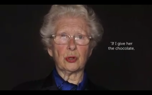 這名83歲的猶太大屠殺倖存者在戰爭時用「一塊巧克力」拯救了一個人。70年後演講時...