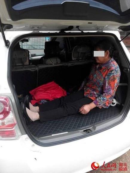 當中國警察臨檢打開這台車時,在後座發現了這個讓人氣到腦中風的可惡畫面。