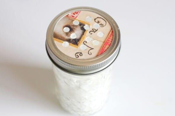 只要把精油倒在蘇打粉裡然後滴在地毯上,超明顯效果可以讓你以後省下很多錢!