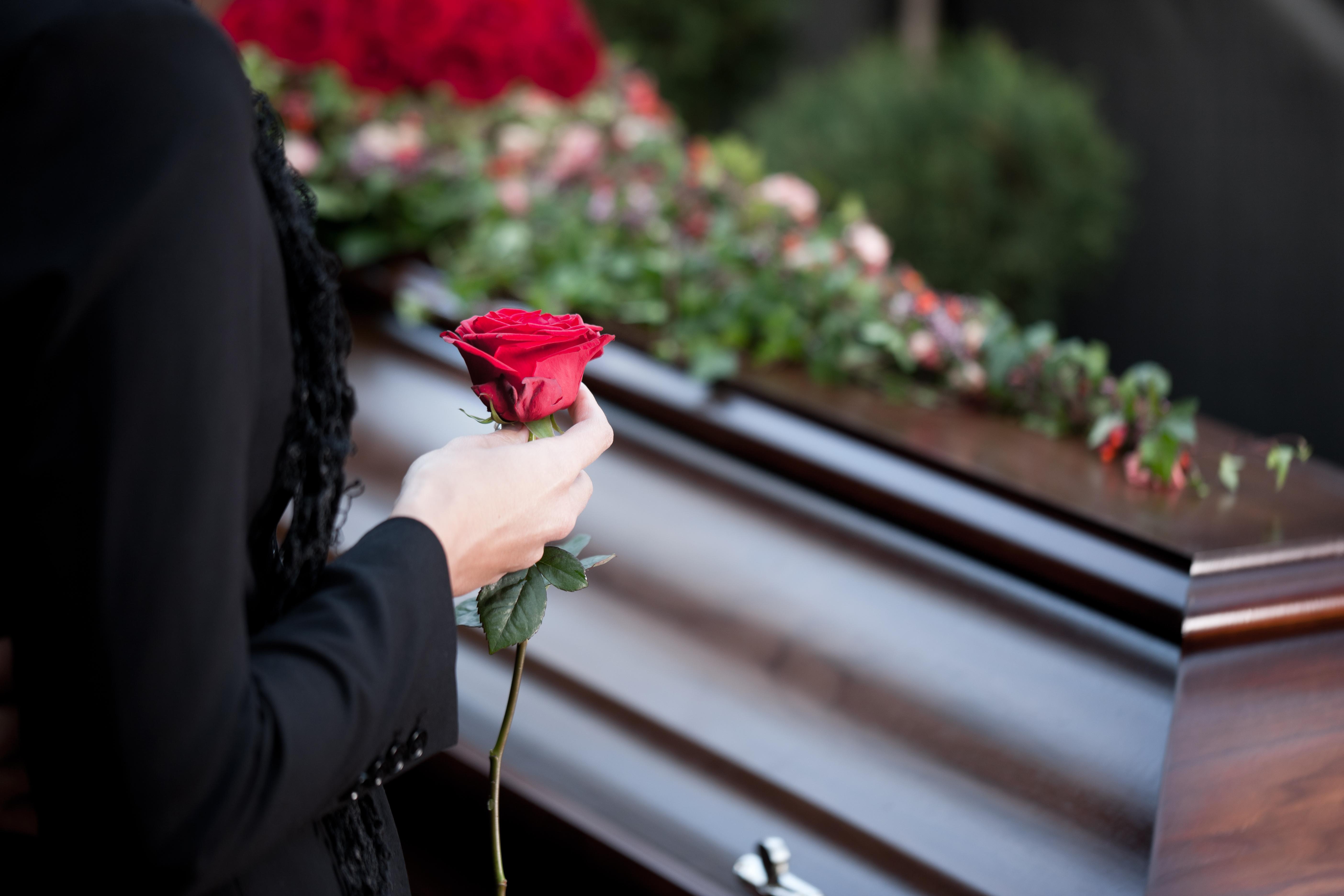 貪婪的老先生想死後跟所有錢一同下葬,結果老太太用了一個超聰明的方法搞定!