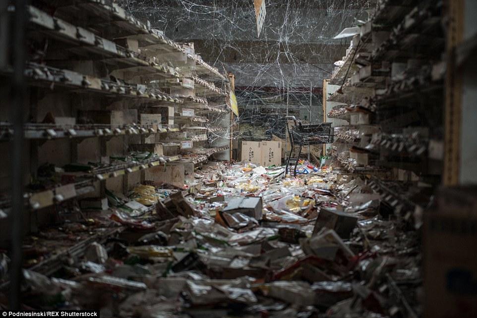 福島核災7年後攝影師闖入「被政府放棄的小鎮」 眼前「被時間遺漏的時空」畫面超顫慄