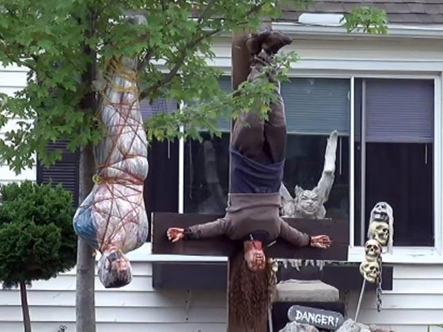 很多民眾報警說隔壁鄰居的屋前的萬聖節裝飾已經到「謀殺案等級了」,讓他們晚上都不敢出門了。