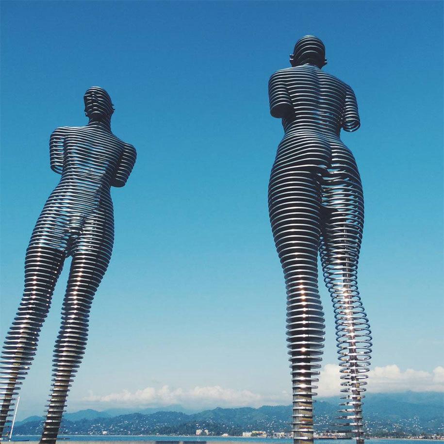 這兩個會慢慢靠近然後「穿過對方身體」的巨大戀人雕像會是你看過最淒美的愛情。