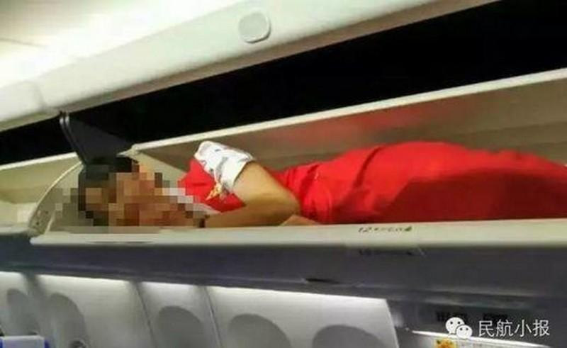 這家航空公司的員工把新進的空姐都塞到飛機上的置物櫃裡,被網友罵翻!